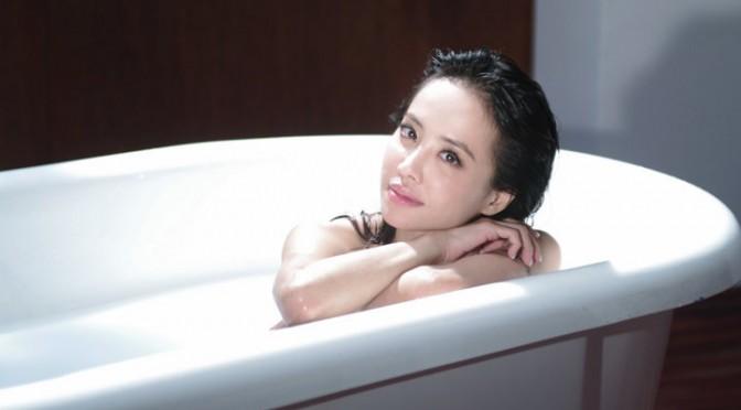 ジョリン・ツァイのミュージックビデオにマインズGT-R。